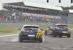 Renaultsport-drivers-demonstrate-the-Megane-Renaultsport-250